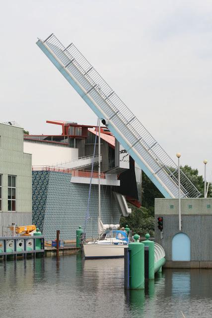 Bewegliche Brücke am Museum in Groningen, Niederlande