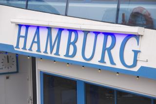 Hamburg Beschriftung an einem Ausflugsschiff