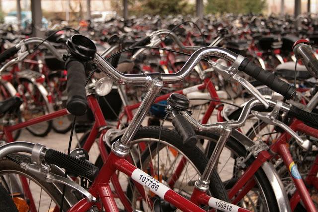 Pearl's Harbor: Fahrradparkplatz Firmenparkplatz für Fahrräder, Rotes Fahrrad