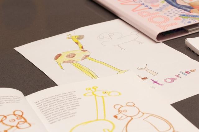 Die Kindermalschule: Kind malt Giraffe