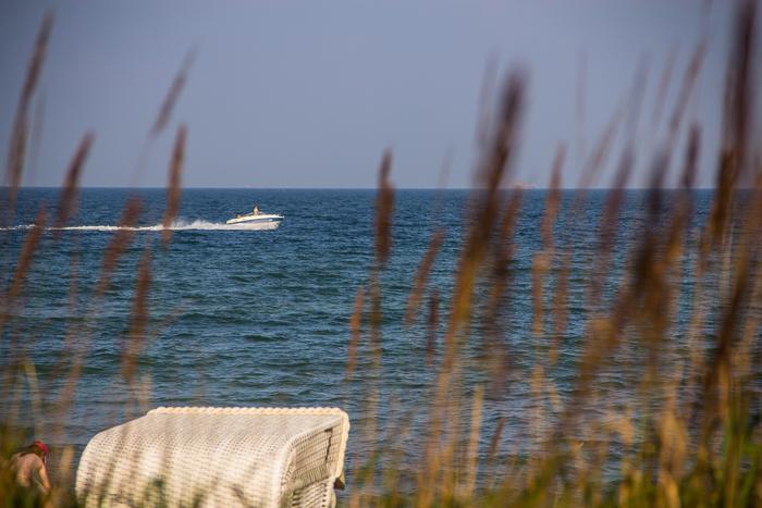 Wochenende am Meer, Timmendorfer Strand mit Strandkorb und Motorboot