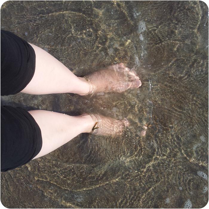 Nackte Füße im Wasser - Handyfoto
