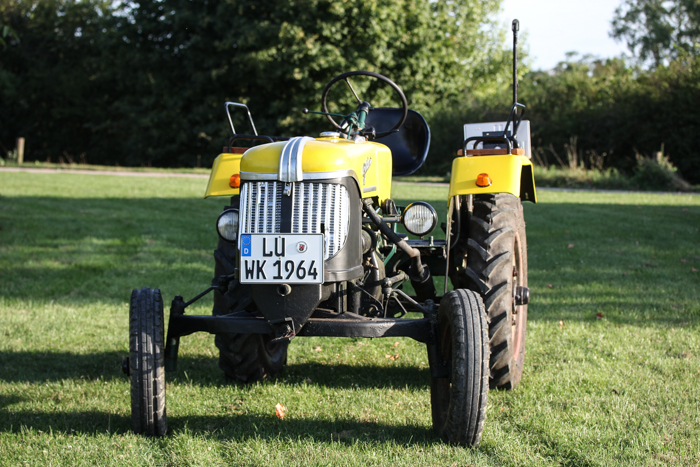 Mit kleinem Traktor Männertraumerfüllt - ein Männerspielzeug zum 50ten Geburtstag