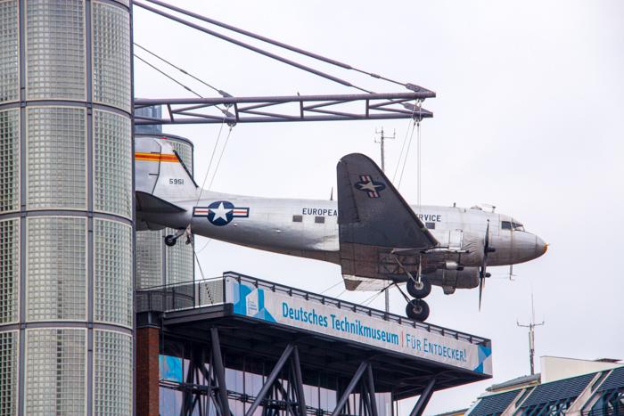 Flugzeug an der Fassade des Deutschen Technikmuseums in Berlin