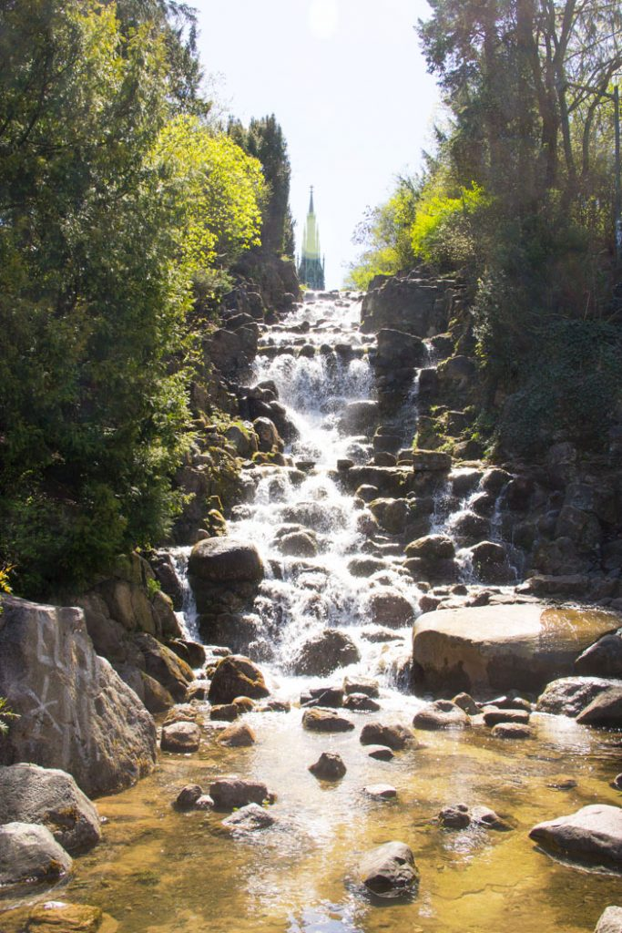 Wasserfall und Monument im Viktoriapark, Bezirk Friedrichshain-Kreuzberg Berlin