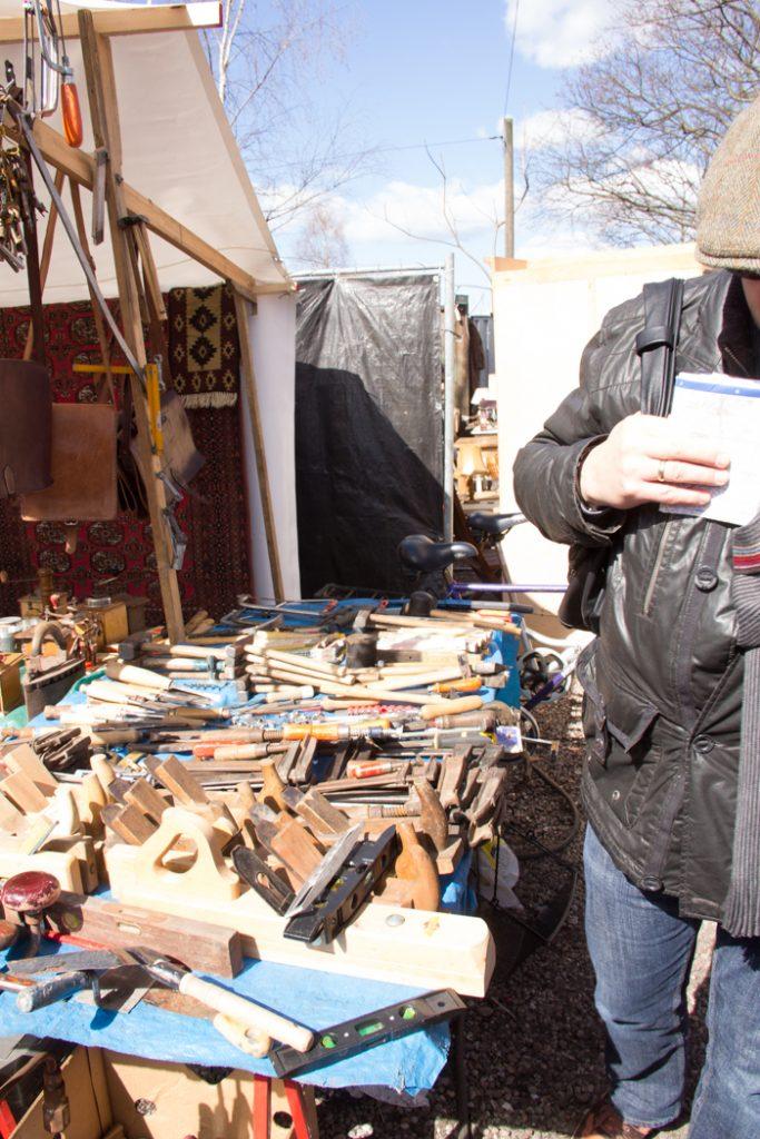 Da hat der Heimwerker Spaß: Alte Hobel und Werkzeug aus vergangenen Tagen. Auf dem Flohmarkt am Mauerpark in Berlin gibt es viel zu entdecken.