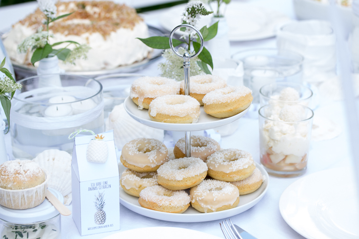 Tischdeko für Hochzeit oder White Dinner. Edle Gartenparty gestalten.