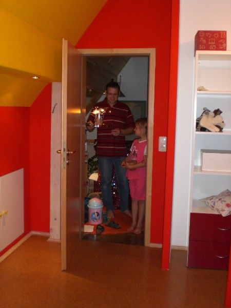 Kinderzimmer in Knallfarben und Weiß – Kinderzimmer mit Dachschrägen farblich gestalten