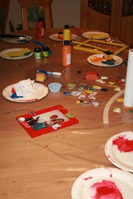Ideen für einen Kindergeburtstag: Kleiderbügel anmalen und Bilderrahmen gestalten