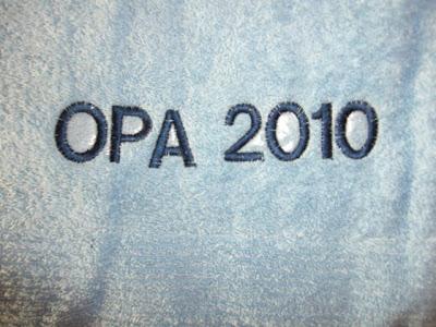 Opa 2010 -Handtuch bestickt als Geschenk