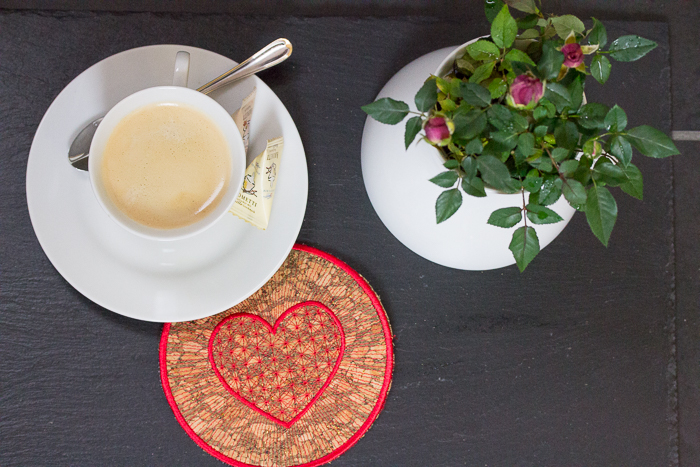 Stickdatei mit Herz – Mug Rug Freebie vom Bernina-Blog {DIY}