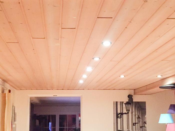 Die Holzdecke mit Einbauleuchten wird entfernt und eine Regipsdecke eingebracht - Renovierung im Altbau
