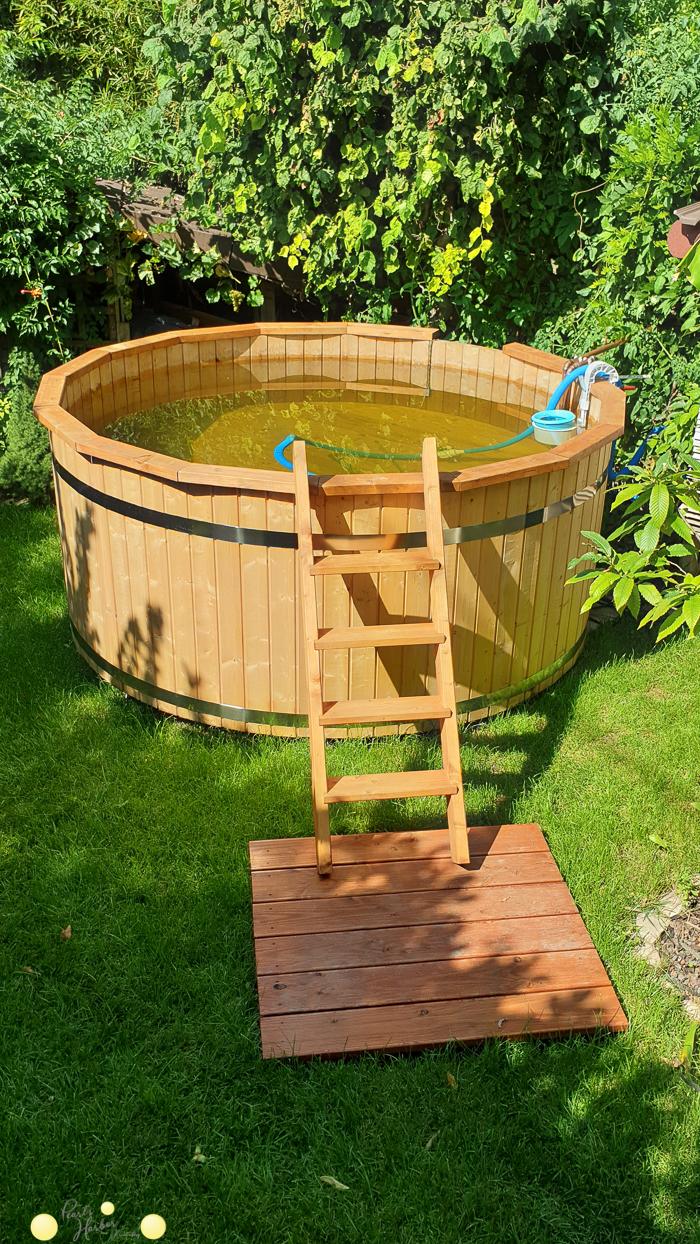 Wir bauen einen Holzpool in den Garten.