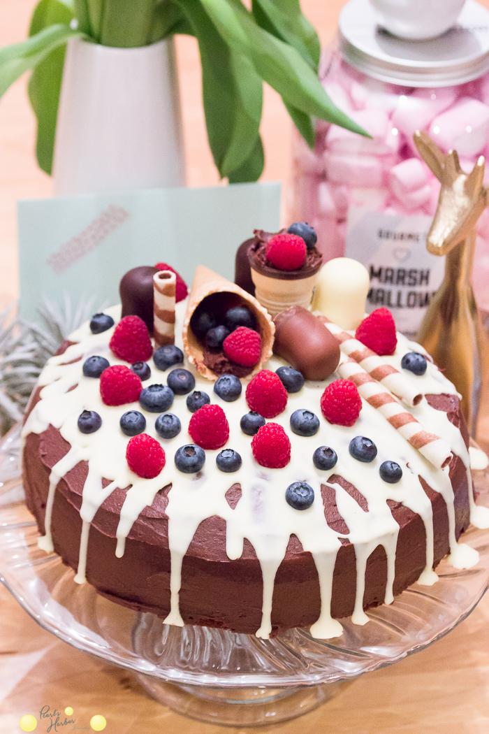 Tripping Cake mit Schokoladenganache, Himbeeren und süßer Waffeldekoratein