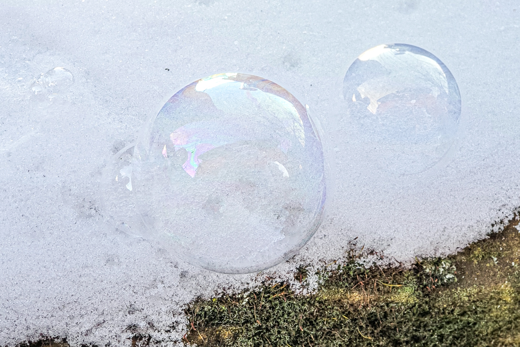 Seifenblase im Schnee